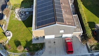 Das Dach von Anja und Mathias Kündig, die als erste Wiler eine Solaranlage gepachtet haben. (Bild: PD)