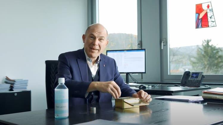 Anton Lauber zählt Geld: Das tat er bei der Coronavideobotschaft der Baselbieter Regierung im November 2020. Jetzt hat er festgestellt: Die Corona-Hilfen haben ihre Spuren hinterlassen. (Bild: Screenshot Youtube)