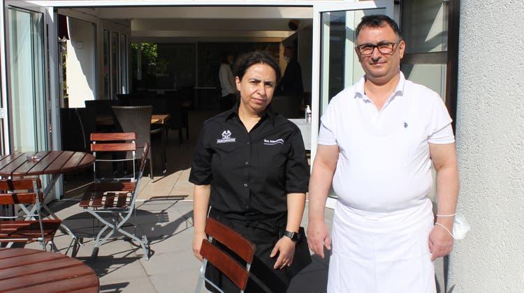 Erwarten ab Samstag wieder Gäste auf der «Feldschlösschen»-Terrasse:Hatice und Kamil Madenkuyu. (Andreas Toggweiler)