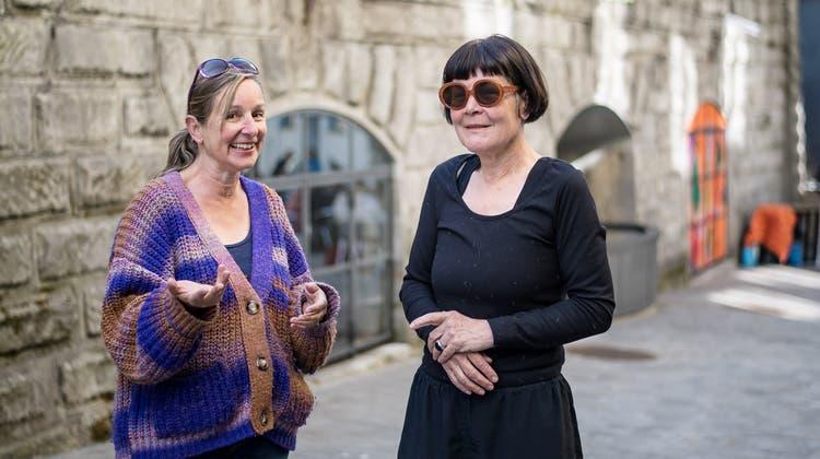 Marianne Rinderknecht (links) und Anita Zimmermann haben schon über 130 Kunstschaffende im Hiltibold ausgestellt. (Bild: Michel Canonica)