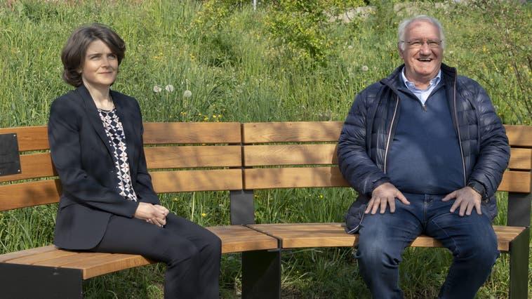Regierungsrätin Kathrin Schweizer entschuldigt sie bei ehemaligen Verdingkindern wie Paul Richener. Beide sitzen auf einer Erinnerungsbank. (Bild: Kenneth Nars)