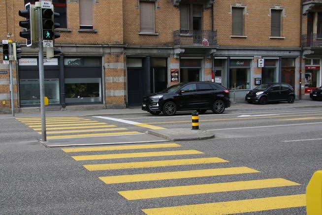 Der mit Lichtsignalen bestückte Fussgängerstreifen zwischen Kirche und Geschäftshaus St.Leonhard.