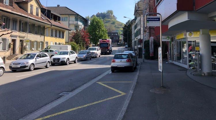 Bei der Fahrtrichtung Schloss hat die Bushaltestelle Bachstrasse heute noch eine Busbucht. (Bild: Anja Suter)