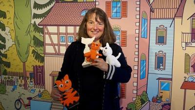 Yvonne Istas mit den Katzen aus dem Museumsshop von Rina Josts Kulisse. ((Bild: Inka Grabowsky))
