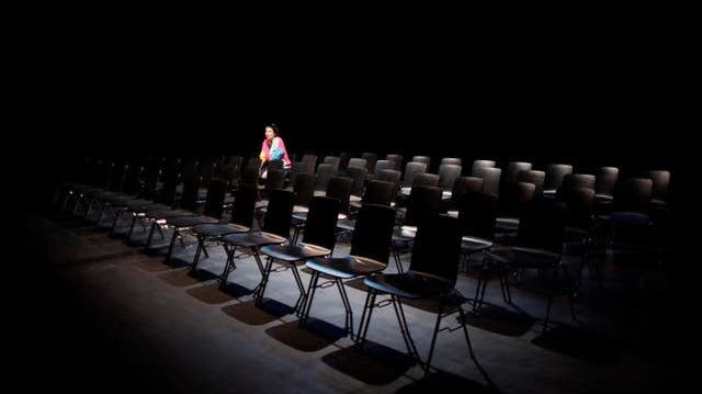 Regisseurin Corinne Maier erzählt im Stück «Die Zufügung» von der abwesenden Autorin Gerlind Reinshagen. (Guillaume Musset  /Aargauer Zeitung)