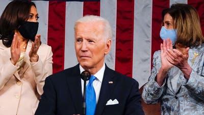 Joe Biden adressierte den Kongress am 99. Tag seiner Amtszeit und liess grosse Pläne verlauten. Im Hintergrund: Vize-Präsidentin Kamala Harris undHouse Speaker Nancy Pelosi. (Melina Mara / Pool / EPA)