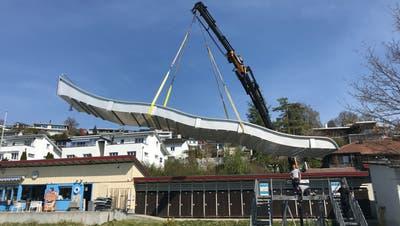 Am Dienstag wurde die neue Rutschbahn aus Edelstahl geliefert. (Bild: PD)