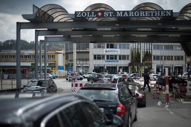 Der Kanton St.Gallen und das Bundesland Vorarlberg wollen, dass der motorisierte und der öffentliche Verkehr möglichst nahtlos über die Landesgrenze fliessen kann. Im Bild der Zollübergang St.Margrethen.