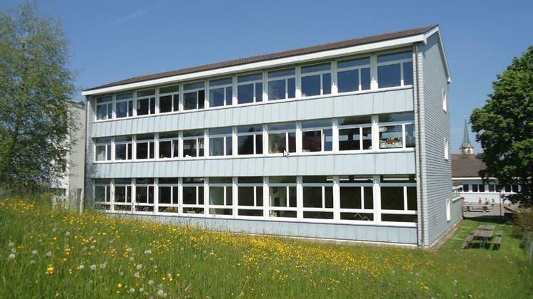 Dieses Schulhaus soll nach dem Willen des Steiner Gemeinderates erweitert werden. (Bild: PD)