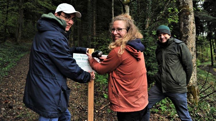 ZiviBasil Knill, Projektleiterin Rahel Boss und Pro-Natura-Geschäftsführer Markus Bürgisser stellen auf den Waldwegen Hinweisschilder auf. ((Bild: Olaf Kühne))