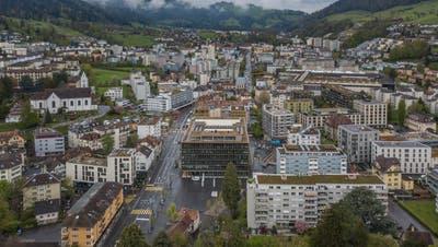 Blick auf Kriens in Richtung Obernau mit dem Stadthaus in der Bildmitte. (Bild: Pius Amrein  (29. April 2021))