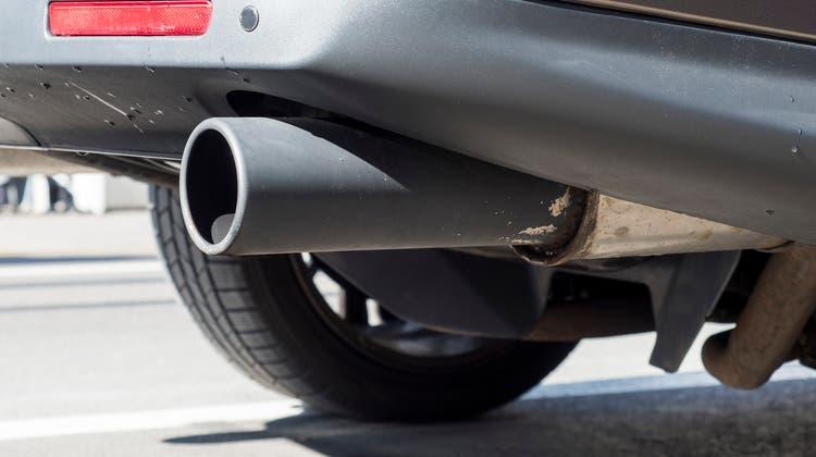 Wenn ihre neu zugelassenen Autos im Schnitt zu viel Treibhausgaus ausstossen, müssen Importeure Bussen bezahlen. (Archiv/Kenneth Nars)