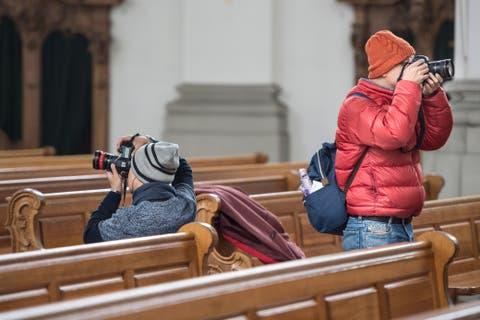 Touristen beim Fotografieren in der St. Galler Stiftskirche.