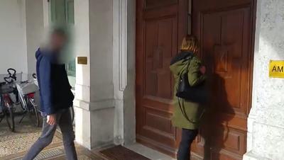 Der Vater gemeinsam mit seiner Verteidigerin auf dem Weg zum Prozess ins Solothurner Amthaus 1. (TeleM1)