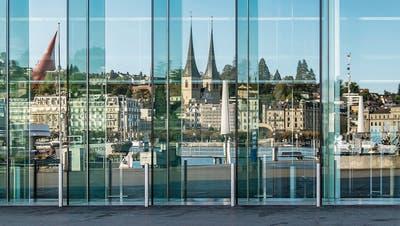 Spiegelblick vom KKL auf die Stadt Luzern: Wer hier eine Firma gründet, profitiert von schnelleren Abläufen dank der Digitalisierung.