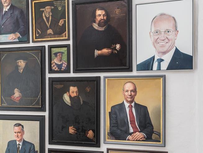 Ausschnitt aus der neuen Präsentation von Porträts im Aufgang zum Festsaal der Ortsbürgergemeinde. Rechts oben das neue Bild mit Arno Noger, direkt darunter dasjenige seines Vorgängers Thomas Scheitlin.