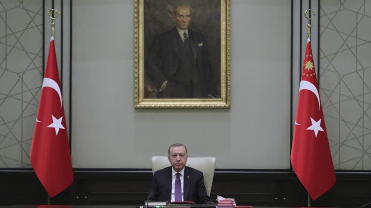 Noch den Vorrat aufstocken, bevor der Alkoholverkauf verboten wird: Ein Spirituosenladen in Istanbul. (Keystone)