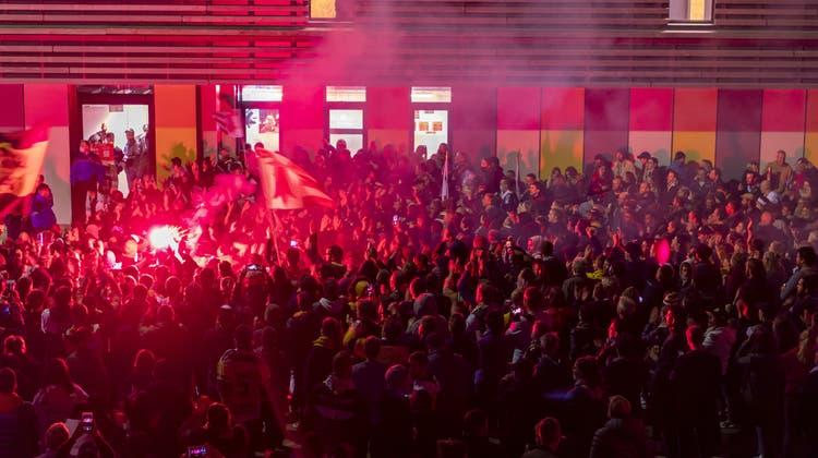 Ajoies Fans versammeln sich nach dem sechsten Eishockey Playoff-Finalspiel der Swiss League zwischen dem HC Ajoie und dem EHC Kloten, um ihre siegreiche Mannschaft zu feiern. (Georgios Kefalas / KEYSTONE)
