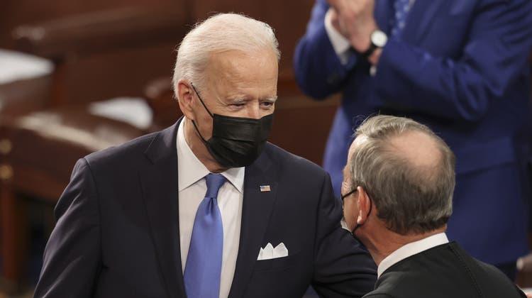 US Präsident Joe Biden spricht mit Supreme Court Chief Justice John Roberts, bevor er seine erste Ansprache vor beiden Kammern hält. (Jonathan Ernst / Pool / EPA)