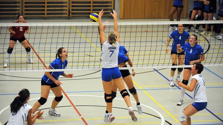 Damit die Volleyballerinnen in der Nationalliga A mehr trainieren können: Die Gemeinde Riehen leidet unter einer Knappheit an Sporthallen. (Juri Junkov)