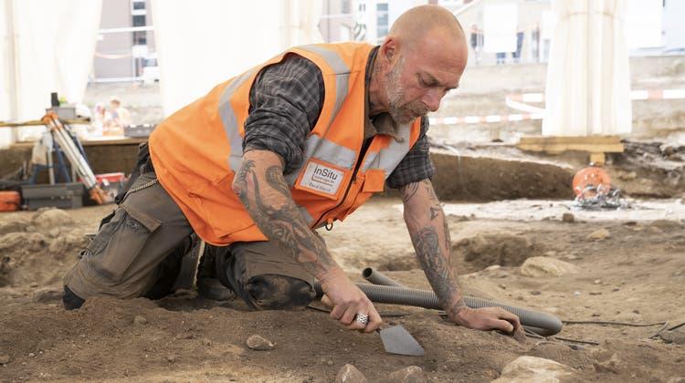 In Naters starteten am Donnerstag die Ausgrabungen der neolithischen Siedlung. (Keystone)