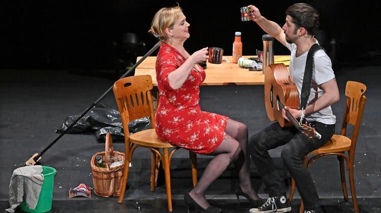 Der junge Delio Malär, der Hamburg und Zürich gerade im Sturm erobert und Cornelia Schirmer, die als Schauspielerin und Sängerin schon lange auf Deutschlands Bühnen unterwegs ist, begeistern mit ungeheurer Spielfreude. (Remo Fröhlicher)
