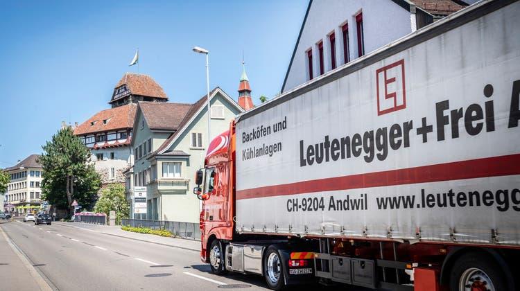 Ein Lastwagen auf der Zürcherstrasse zwischen Schlosspark und Postkreisel. (Bild: Andrea Stalder)
