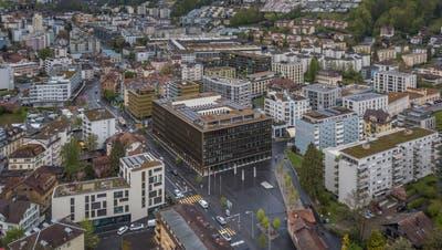 Das Krienser Zentrum mit dem Stadthaus in der Bildmitte. (Bild: Pius Amrein  (29. April 2021))