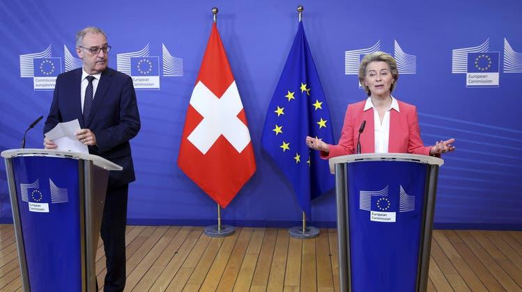 EU-Kommissionspräsidentin Ursula von der Leyen und Bundespräsident Huy Parmelin bei einer Medienkonferenz in Brüssel im April 2021. (Keystone)