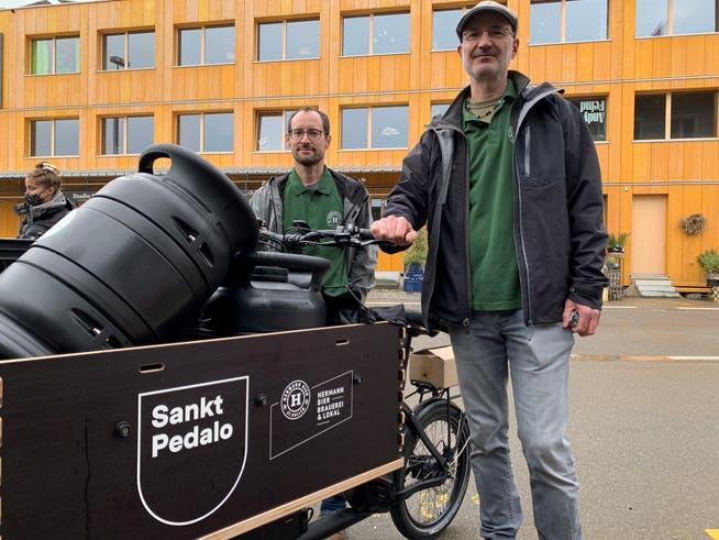 Auch Gianluca Bernet und Marco Hermann von der Kleinbrauerei «Hermann Bier» beteiligen sich auch am Versuch mit den Lastenvelos.