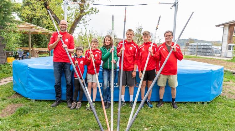 Daniel, Marc, Alex, Sandra, Timo und Ben Zingg mit Trainer Kari Sager. (Fabio Baranzini)