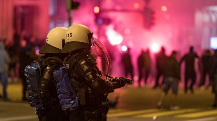 Polizisten aus der ganzen Ostschweizer waren in der Freitagnacht in der St.Galler Innenstadt im Einsatz. Am Samstagmittag nahmen die Verantwortlichen Stellung zu den Ereignissen der Krawallnacht. (Bild: Michel Canonica(2.4.2021))