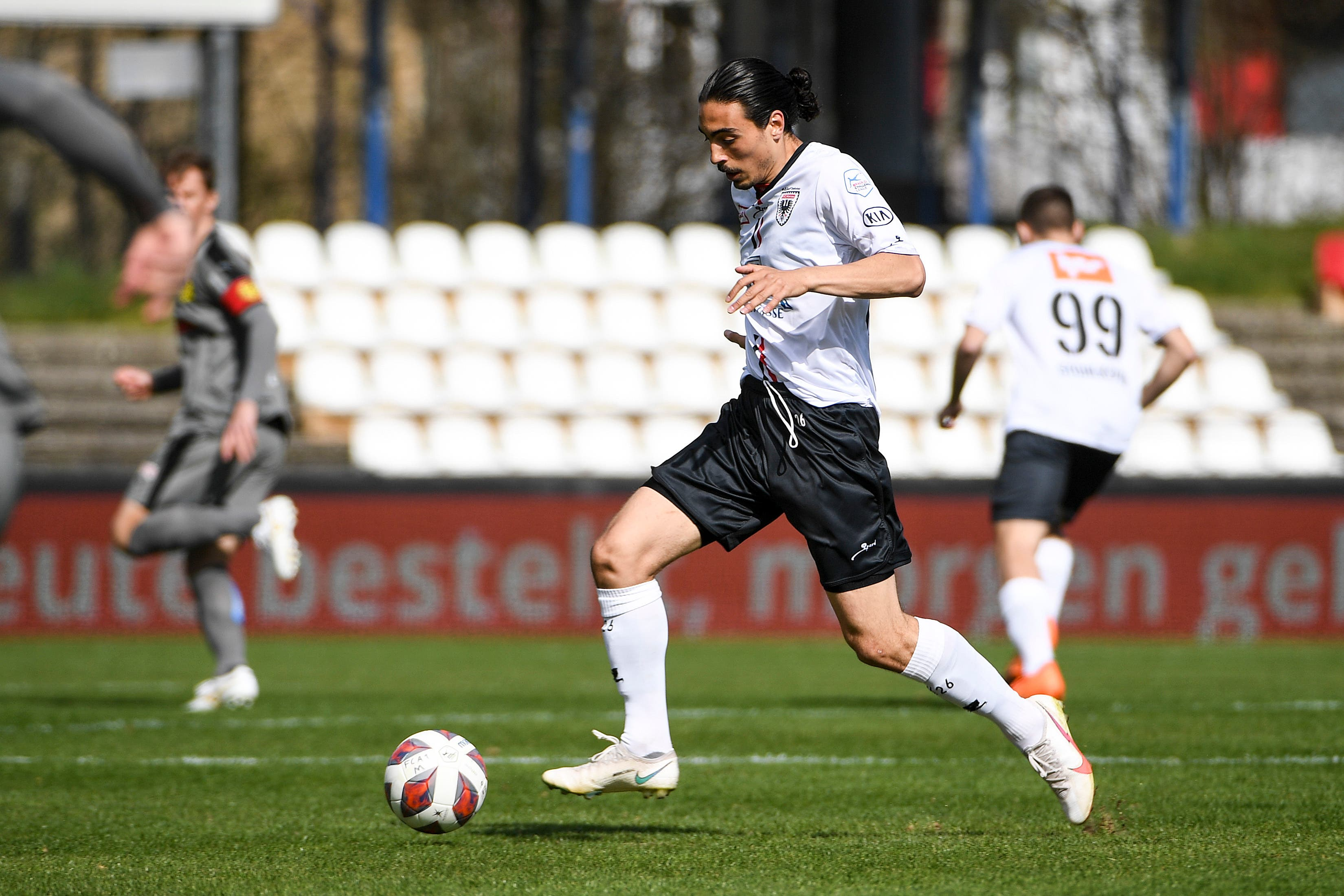 Mickael Almeida ist einer der Aktivposten in der Startphase und setzt seine Mitspieler mehrere Male gut in Szene.