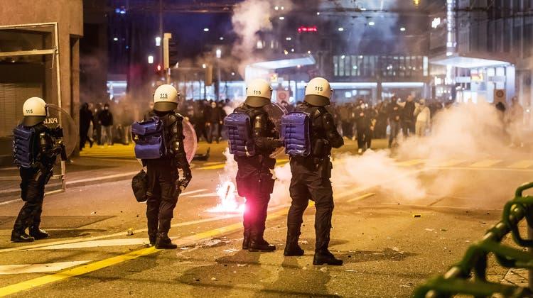 Rund 1000 Jugendliche versammelten sich am Freitagabend beim Roten Platz in der Stadt St.Gallen. Kurz nach 21 Uhr eskalierte die Situation. (Bild: Michel Canonica)