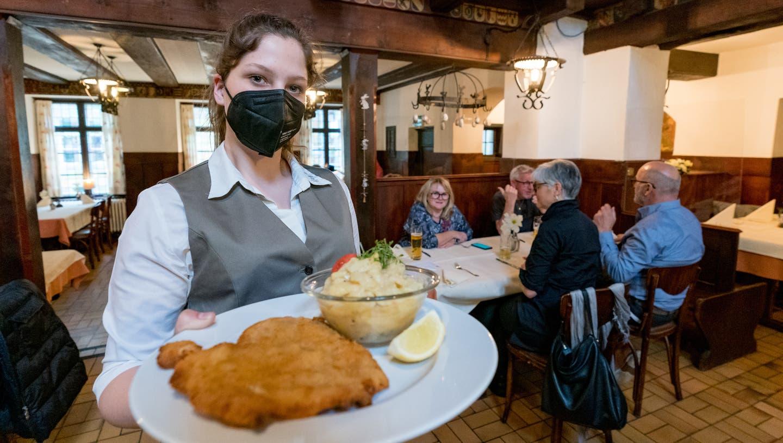Im Bundesland Vorarlberg gibt es gegen Vorlage eines negativen Tests einen Kaffee im Restaurant. (Bild: Johann Groder / APA)