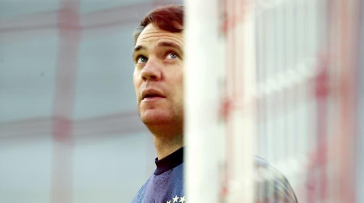 Bei der Erkundung seines Tores entdeckte Bayern-Torwart auf einmal eine defekte Stelle im Netz. (Filip Singer / Pool / EPA)