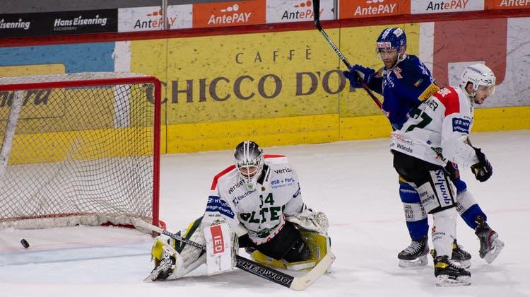 Die Vorentscheidung: Oltens Goalie Silas Matthys wird von Kloten René Back zum 4:2 bezwungen. (Claudio De Capitani / freshfocus)