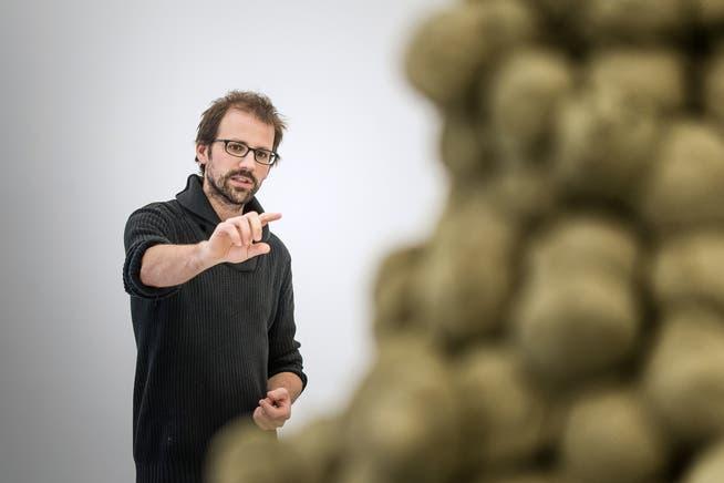 Christian Hörler erläutert in Rundgängen seine Skulptur im Aussenraum.