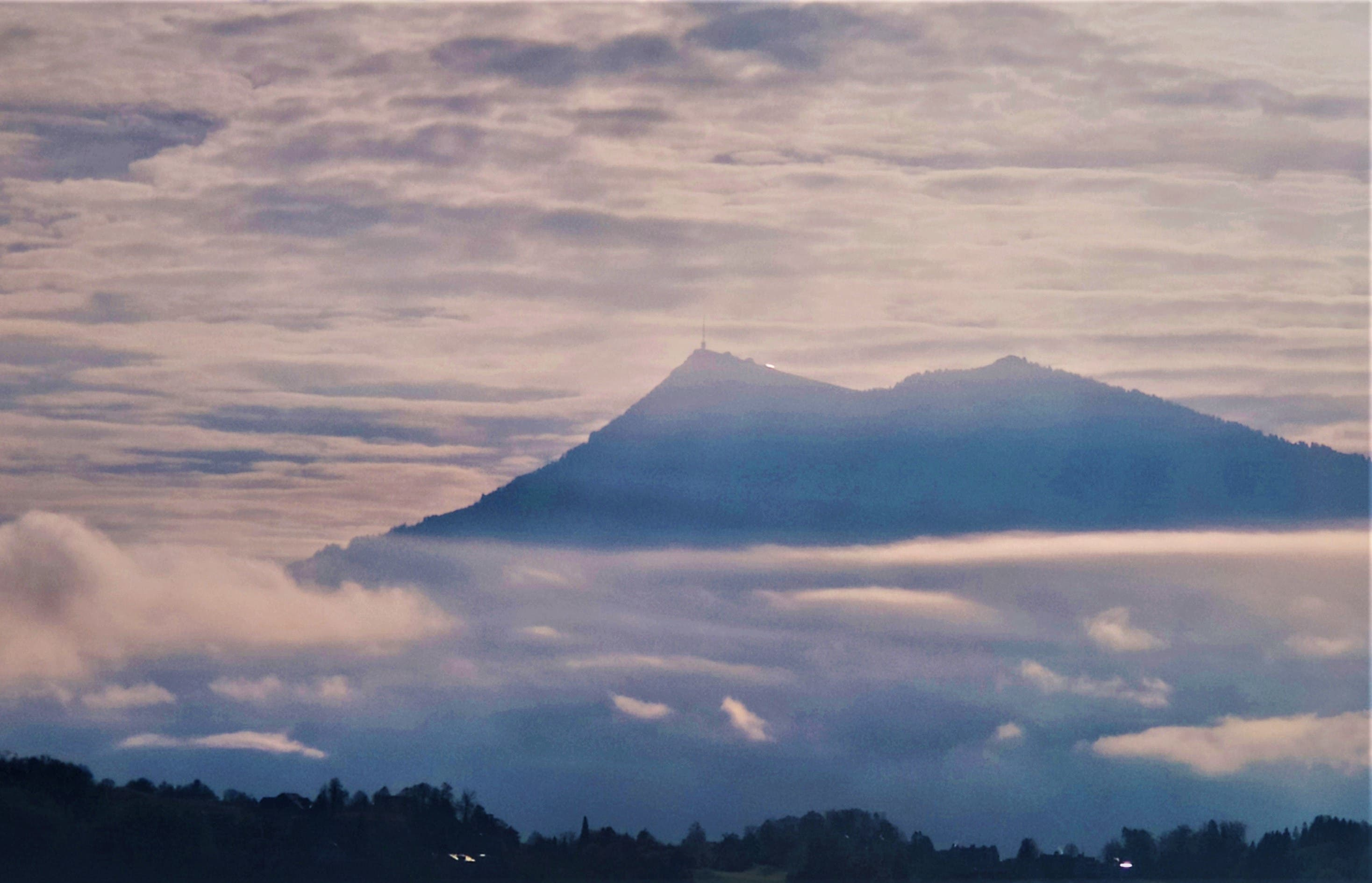 Die Rigi am frühen Morgen: Zusammen mit den Wolken präsentiert sie sich für einmal in den Luzerner Farben.