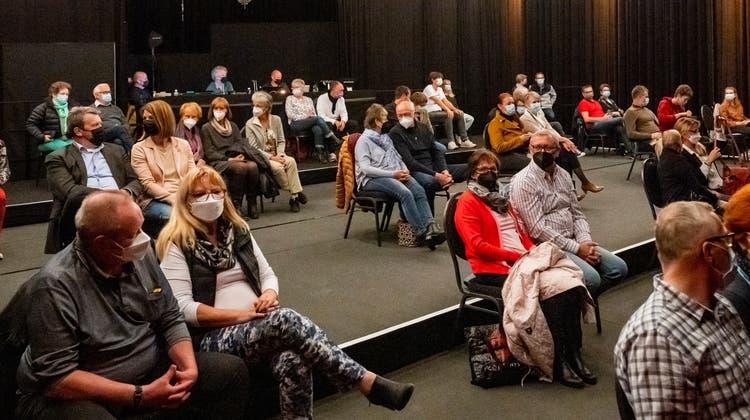 50 Zuschauerinnen und Zuschauer mit Maske und Abstand geniessen den ersten Theaterabend der Monti's Kulturtage. (Bild: Alex Spichale)