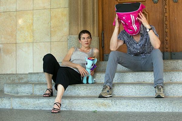 Szenenbild aus dem Stück «Das kleine Pony» mit den Schauspielern Susanne Odermatt und Julius Griesenberg.