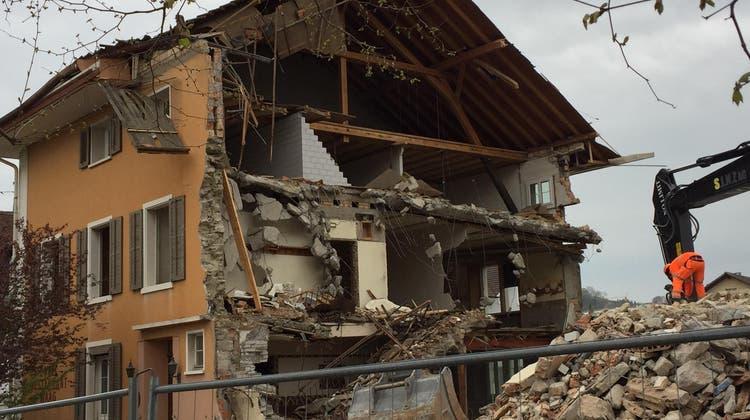 Das Restaurant Waag in Menziken, mitten im Dorfzentrum, zwischen Altem Schulhaus und Gemeindehaus, verschwindet nun. Nach rund 200 Jahren. Aufnahme vom Freitagnachmittag. (Zvg / Aargauer Zeitung)