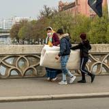 Vermehrt wurden in letzter Zeit auch Kinder oder minderjährige Bettelnde in Basel beobachtet, wie dieses Bild von vergangener Woche zeigt. (Nicole Nars-Zimmer)