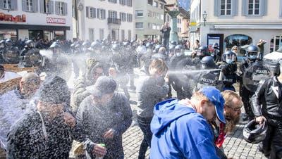 Unbewilligte Demonstration in Altdorf am 10. April: Die Polizei setzte Pfefferspray gegen einzelne Demonstranten ein. (Urs Flüeler / Keystone)