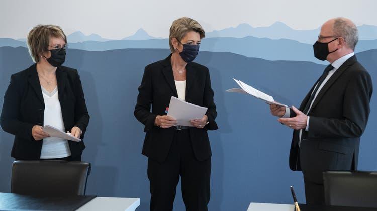 Karin Keller Sutter (Mitte), Nathalie Barthoulot, Präsidentin der SODK, und der St.Galler Regierungsrat Fredy Fässler, Präsidentder KKJPD, bei der Unterzeichnung der Roadmap . (Bild: Peter Schneider / KEYSTONE)