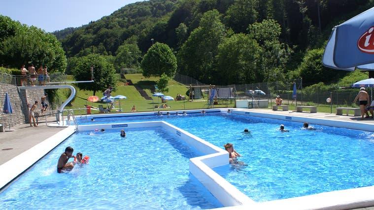 Beliebt in der ganzen Umgebung: das Schwimmbad von Waldenburg. (Andreas Hirsbrunner(15. Juli 2013))
