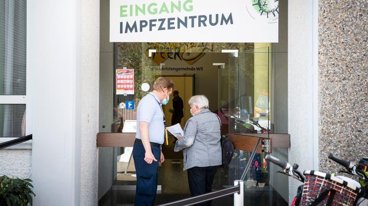 Der Kanton St.Gallen setzt beim Impfen in den vier kantonalen Impfzentren in St.Gallen, Wil (im Bild), Rapperswil-Jona und Buchs auf die Unterstützung von Arbeitslosen. (Bild: Tobias Garcia)