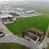 Auf der grünen Wiese neben der alten Käserei Schrofen, wo BLS und OLS dereinst zusammenfinden sollen, will der Kanton einen Werkhof bauen. (Bild: Reto Martin)