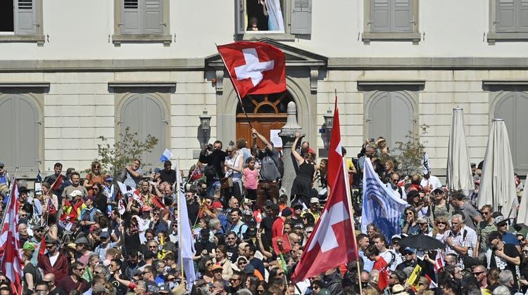 Am vergangenen Samstag in Rapperswil: Der Verein Stiller Protesthatte zu einer Kundgebung gegen Coronamassnahmen aufgerufen. Die Polizei liess die Teilnehmer gewähren, trotz fehlender Bewilligung für die Kundgebung. (Gian Ehrenzeller / Keystone)