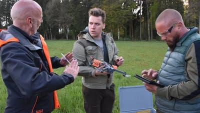 Drohnentraining in Subingen: Profipilot Jürg Schöni von Swissdronesolutions instruiert die beiden Wasserämter Jäger Tim Barrer und Pascal Utz (von links) für die Rehkitzrettung. (Peter Brotschi)